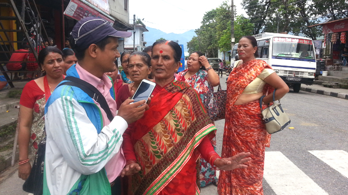 Talkikng to a mediaman, Local women expressing their dissatisfaction over President Bidhya Devi Bhandari who failed to receive their welcome as offering of flowers in Pokhara on Thursday. Picture : Recentfusion.com