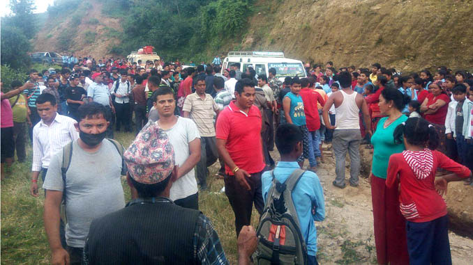 Onlookers gather at the roadside from where the jeep plunged. Picture: Arghakhanchi.com