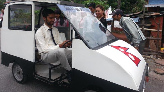 Pedestrian shows their curiosity about solar car in the street of Batule Chaur Pokhara. Picture: Recentfusion.com