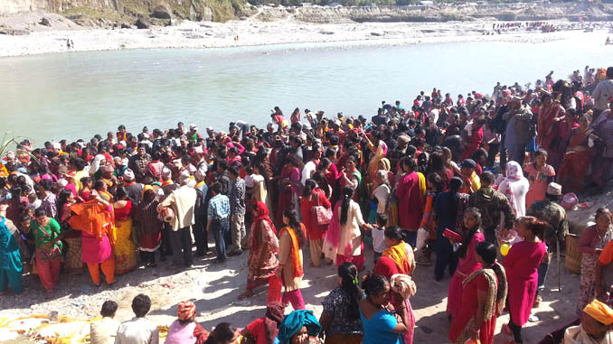 Devotees arrive to take holy bath at Seti River bank in Pokhara on Friday. Picture: Recentfusion.com