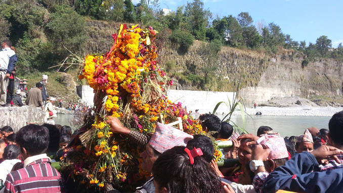 Devotees carrying a mass of holy rope at the bank of Seti River in Pokhara on Friday. Picture: Recentfusion.com